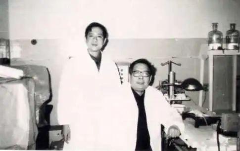 攻读研究生期间,与卢兴教授合影